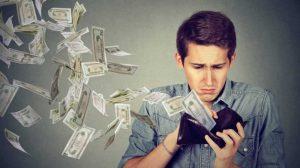 hombre mirando dinero para reducir gastos