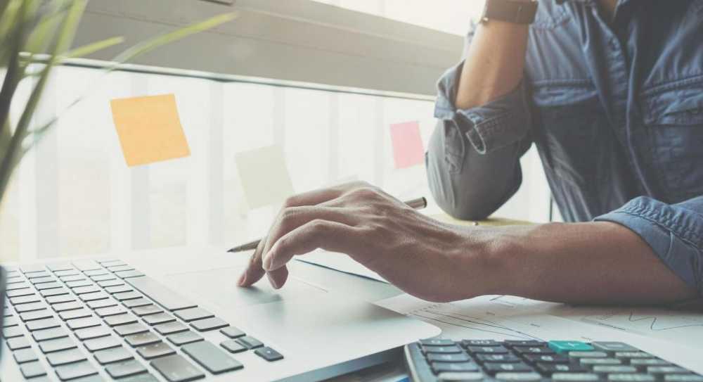 hombre con ordenador haciendo test emprendedores